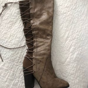Heeled brown back-lacing boots